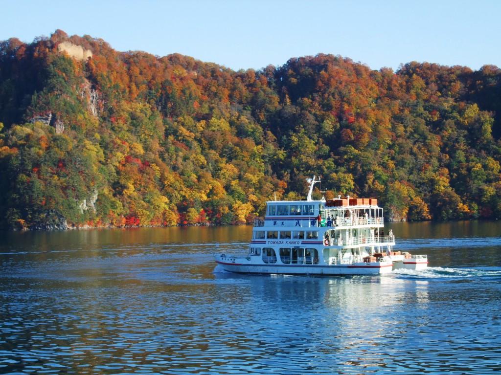 秋の十和田湖遊覧船 写真提供:十和田湖国立公園協会